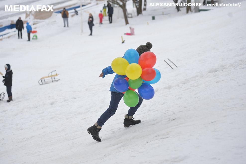 Copii se joaca in zapada in Parcul Tineretului din Bucuresti, sambata, 24 martie 2018.