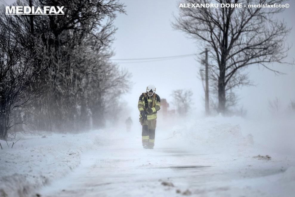Un pompier strabate DN4 in zona Frumusani din apropierea Capitalei, in timpul unui viscol puternic, vineri, 23 martie 2018.