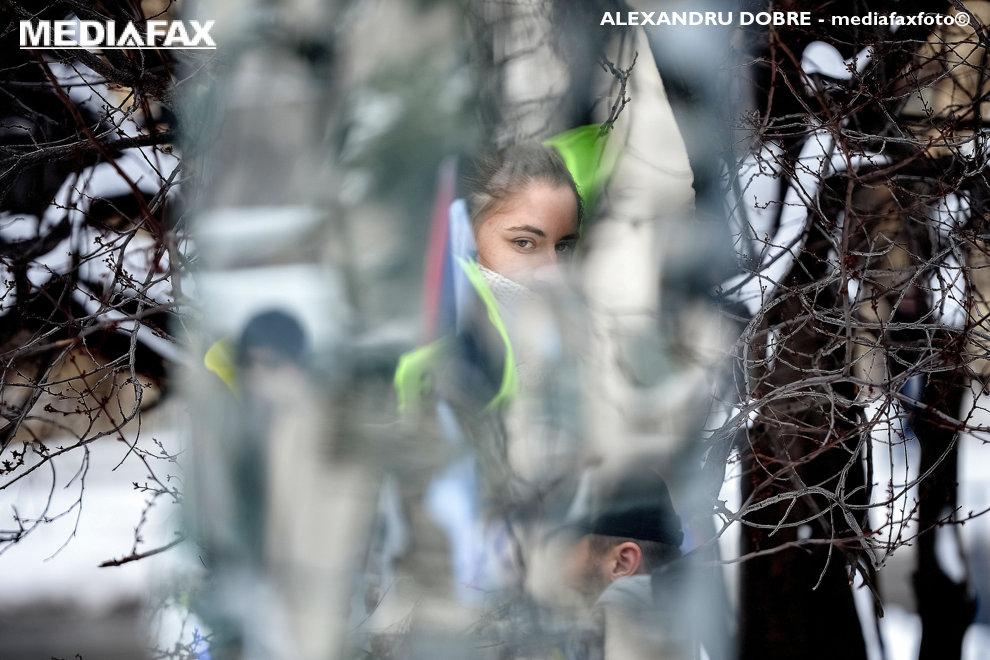 Imaginea unei femei se reflecta intr-o instalatie stradala in timpul protestului angajatilor din penitenciare si din politie, membri ai Sindicatului National al Politistilor si Personalului Contractual (SNPPC), sambata, 24 ianuarie 2018, in fata Ministerului de Interne din Bucuresti.