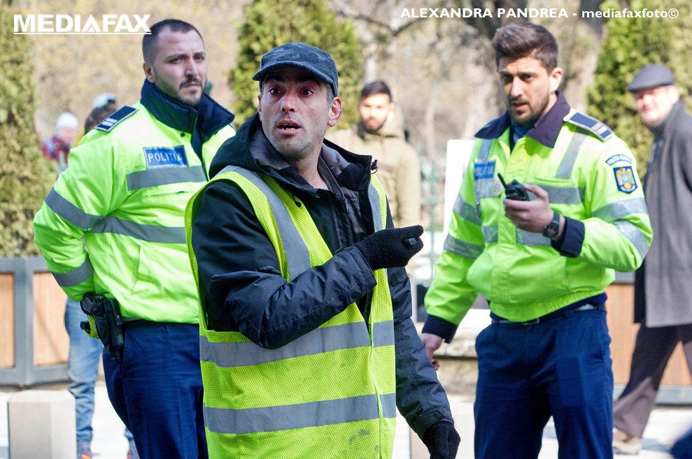 Un barbat inarmat cu un cutit ameninta ca se sinucide, miercuri, 28 martie 2018, in fata Primariei Capitalei, daca nu discuta cu primarul general Gabriela Firea.