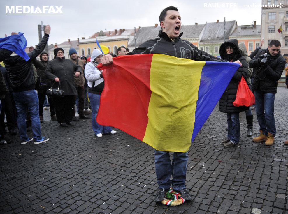 Un barbat calca in picioare o coroana cu panglica in culorile drapelului Ungariei, in timpul unei manifestatii de solidaritate cu eleva din Covasna, care a purtat la scoala o bentita in culorile tricolore, de Ziua maghiarilor de pretutindeni, vineri, 22 martie 2013. Potrivit presei, in 15 martie, de Ziua Maghiarilor de Pretutindeni, cativa elevi romani din clasa a IX-a au mers la scoala cu accesorii in culorile tricolorului romanesc, iar una dintre eleve, care purta o bentita tricolora si a carei fotografie a fost postata pe o retea de socializare, sustinea ca ar fi primit amenintari. RAUL STEF / MEDIAFAX FOTO