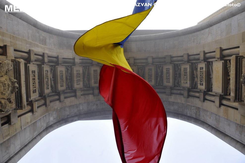 Un steag flutura sub Arcul de Triumf, cu ocazia manifestarilor dedicate implinirii a 150 de ani de la Unirea Principatelor Romane, in Bucuresti, sambata, 24 ianuarie 2009. RAZVAN CHIRITA / MEDIAFAX FOTO