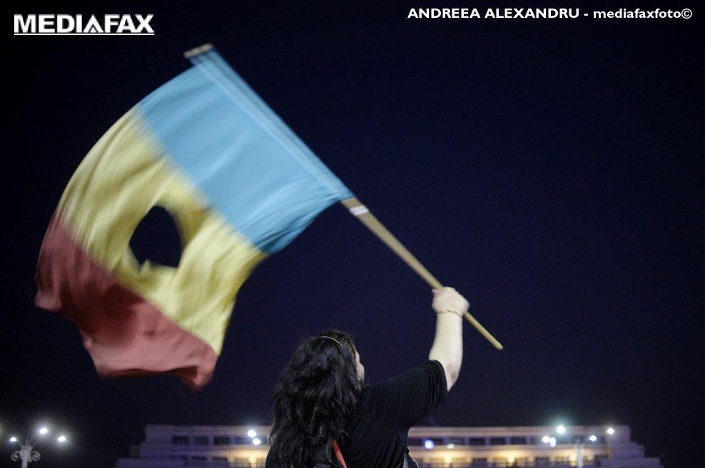 O persoana flutura un steag in timpul unui protest fata de schimbarile legislative propuse de ministrul Justitiei si de alte decizii politice ale guvernarii PSD, in Piata Victoriei din Bucuresti, duminica 27 august 2017.ANDREEA ALEXANDRU / MEDIAFAX FOTO