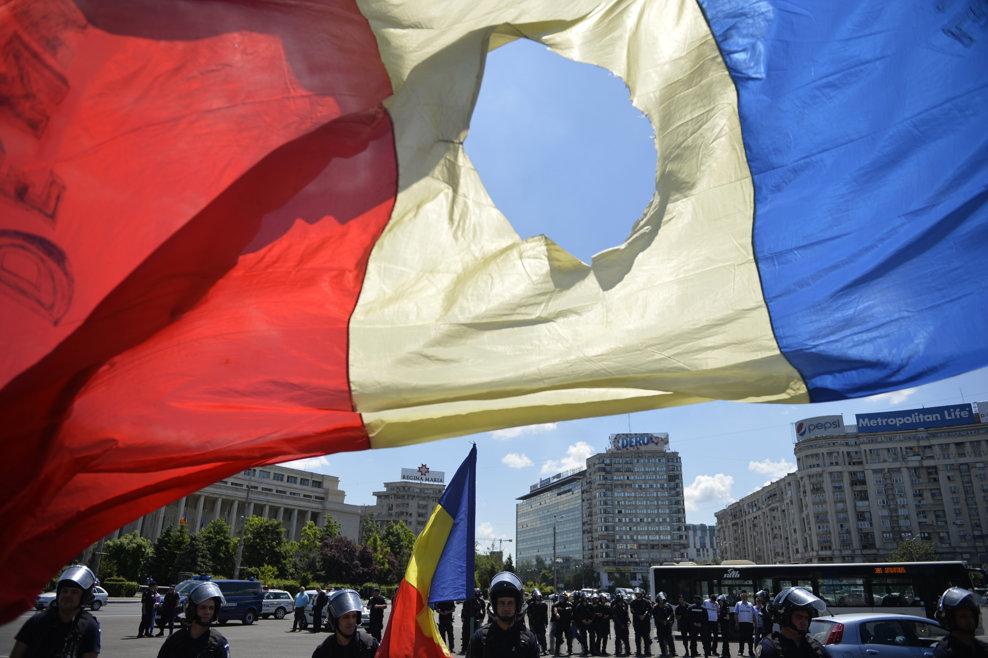 Un grup de revolutionari protesteaza, în Piata Victoriei din Bucuresti, luni, 19 mai 2014. Acestia au blocat Bulevardul Kiseleff, dupa ce, initial, au încercat sa blocheze si Bulevardul Aviatorilor, în urma interventiei jandarmilor manifestantii fiind îndepartati de pe carosabil. RAZVAN LUPICA / MEDIAFAX FOTO