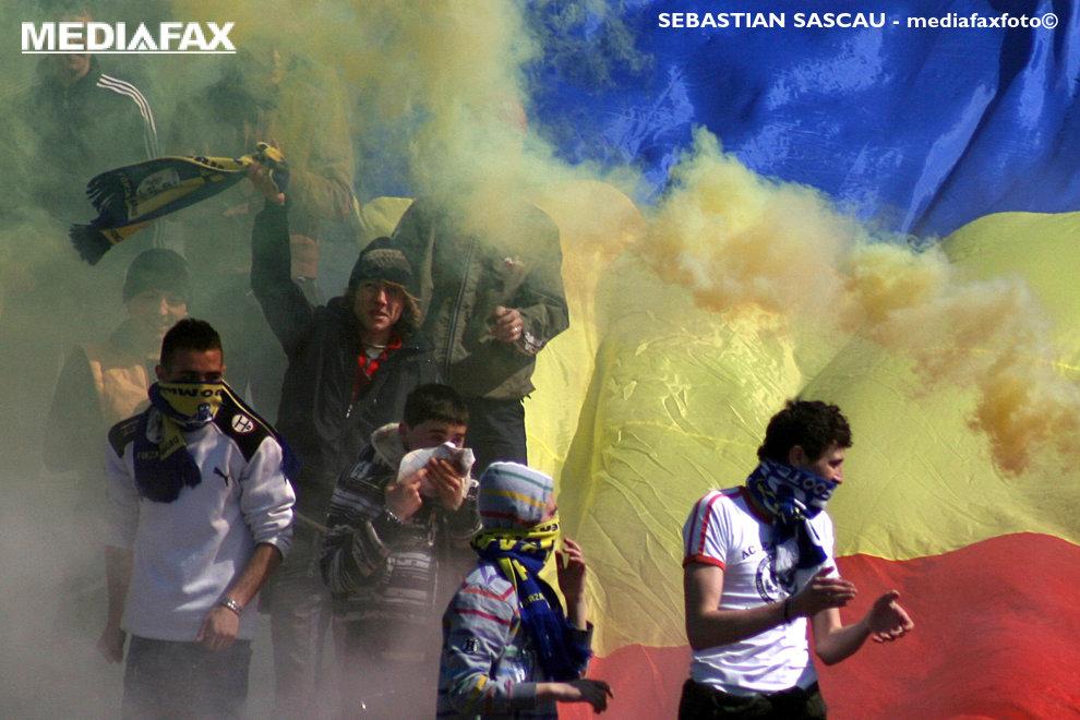 Suporteri ai echipei FCM Bacau se manifesta in timpul meciului cu C.S. Fotbal Club Ploiesti, din liga a II-a de fotbal, in Bacau, sambata, 28 martie 2009. SEBASTIAN SASCAU / MEDIAFAX FOTO