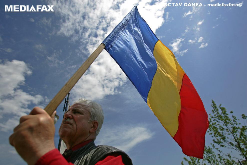 Un membru al unui grup de pensionari galateni protesteaza in fata Parlamentului, in Bucuresti, marti, 25 mai 2010. Aproximativ 40 de pensionari galateni au venit, marti dimineata, la sediul Ministerul Muncii pentru a protesta fata de intentia de reducere cu 15 la suta a pensiilor, acestia au  continuat protestul, de la ora 14.30, la Palatul Parlamentului. OCTAV GANEA / MEDIAFAX FOTO
