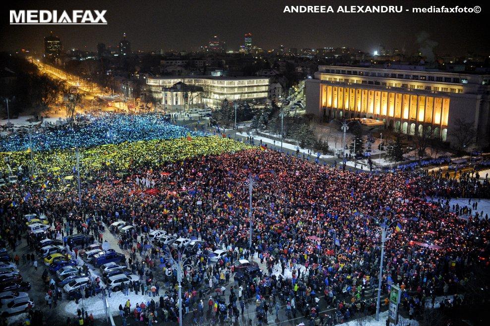 Mii de persoane au realizat un imens steag cu ajutorul unor hartii colorate in albastru, galben si rosu, pe care le-au luminat cu telefoanele mobile, in timpul unui protest fata de proiectele adoptate de Executiv privind gratierea si modificarea Codurilor penale, in Piata Victoriei din Bucuresti, duminica, 12 februarie 2017. Cateva zeci de mii de persoane protesteaza in Piata Victoriei, pentru a treisprezecea zi consecutiv, exprimandu-si nemultumirea fata de Executiv. ANDREEA ALEXANDRU / MEDIAFAX FOTO