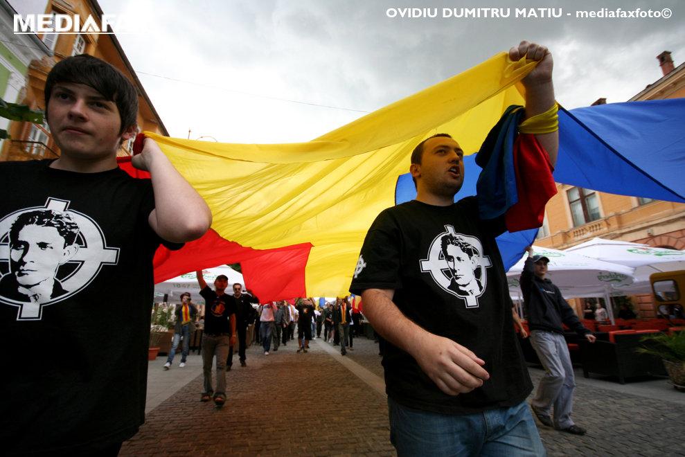 Membri ai organizatiei Noua Dreapta participa la un mars, organizat cu ocazia Zilei Drapelului National, in centrul istoric al Sibiului, duminica, 26 iunie 2011. OVIDIU DUMITRU MATIU / MEDIAFAX FOTO