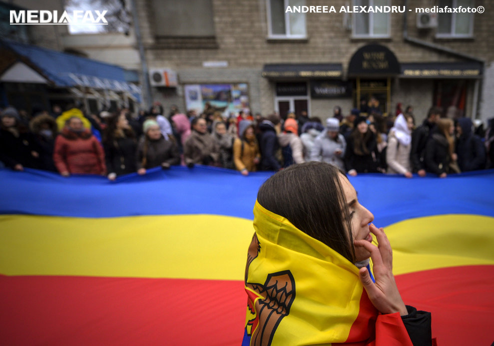 Persoane flutura un steag tricolor in timpul unui protest fata de modul de organizare a celui de-al doilea tur de scrutin al alegerilor prezidentiale, dar si fata de victoria socialistului Igor Dodon, organizat de Organizatia Onoare, Demnitate si Patrie (ODIP), in Chisinau, Moldova, luni, 14 noiembrie 2016. ANDREEA ALEXANDRU / MEDIAFAX FOTO