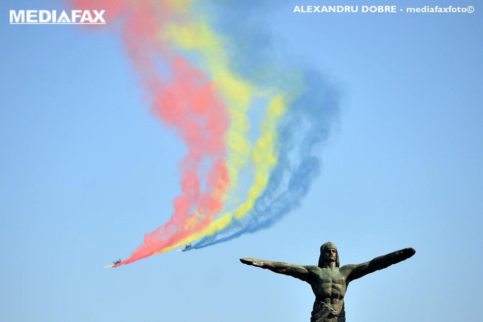 Avioane de acrobatie zboara pe deasupra monumentului Eroilor Aerului, in timpul ceremoniei militare ce a marcat Ziua Aviatiei Romane si a Fortelor Aerine in Bucuresti, joi 20 Iulie 2017. ALEXANDRU DOBRE/MEDIAFAX FOTO