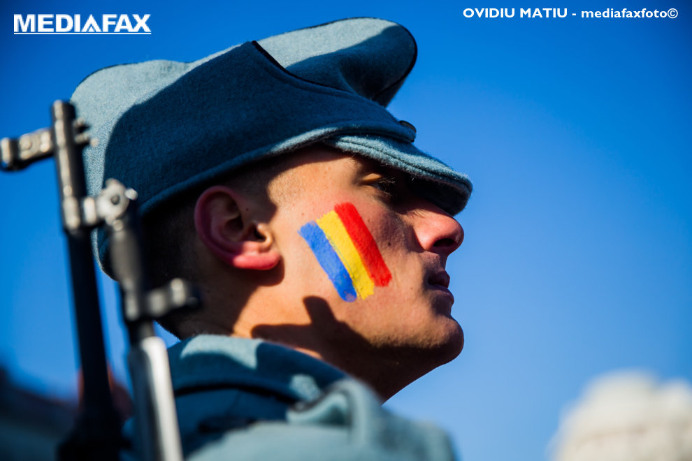 Un tanar ce are culorile tricolorului pictate pe obraz, participa la parada militara organizata cu ocazia Zilei Nationale a Romaniei, in Sibiu, sambata, 1 decembrie 2018. OVIDIU MATIU / MEDIAFAX FOTO
