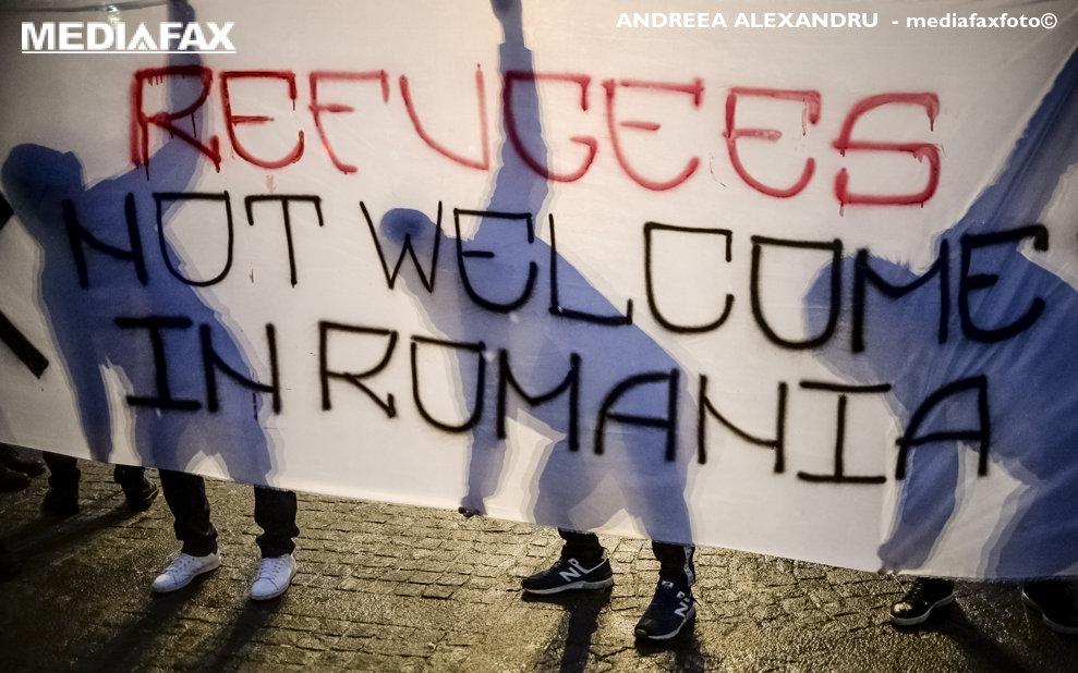 """Trei persoane afiseaza un banner cu mesajul """"Refugiatii nu sunt bineveniti in Romania"""" in timpul unui mars de protest prin care se cere ca Romania sa nu semneze Pactul de Migratie de la Marrakesh, in Bucuresti, miercuri, 5 decembrie 2018. ANDREEA ALEXANDRU / MEDIAFAX FOTO"""