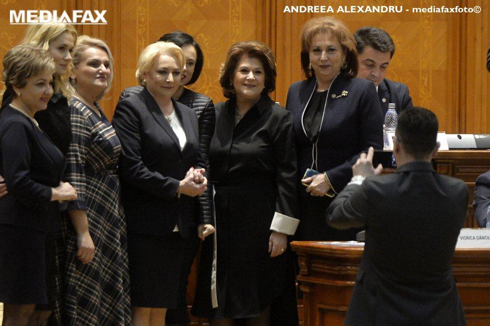 """Mai multe personae se fotografiza cu premierul Viorica Dancila ( a 4-a din stanga), avand-o alaturi pe Rovana Plumb (a 3-a din dreapta) inaintea dezbaterii motiunii """"Ajunge! Guvernul Dragnea - Dancila, rusinea Romaniei!"""", initiata de PNL, USR si PMP, joi 20 decembrie 2018, la Palatul Parlamentului. ANDREEA ALEXANDRU / MEDIAFAX FOTO"""