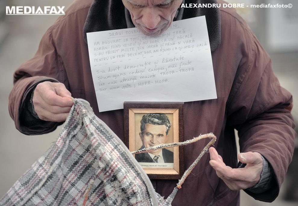 Admiratori si fosti membri ai Partidului Comunist participa la comemorarea a 29 de ani de la moartea cuplului Elena si Nicolae Ceausescu, in cimitirul Ghencea Civil din Bucuresti, duminica, 25 decembrie 2018.  ALEXANDRU DOBRE / MEDIAFAX FOTO
