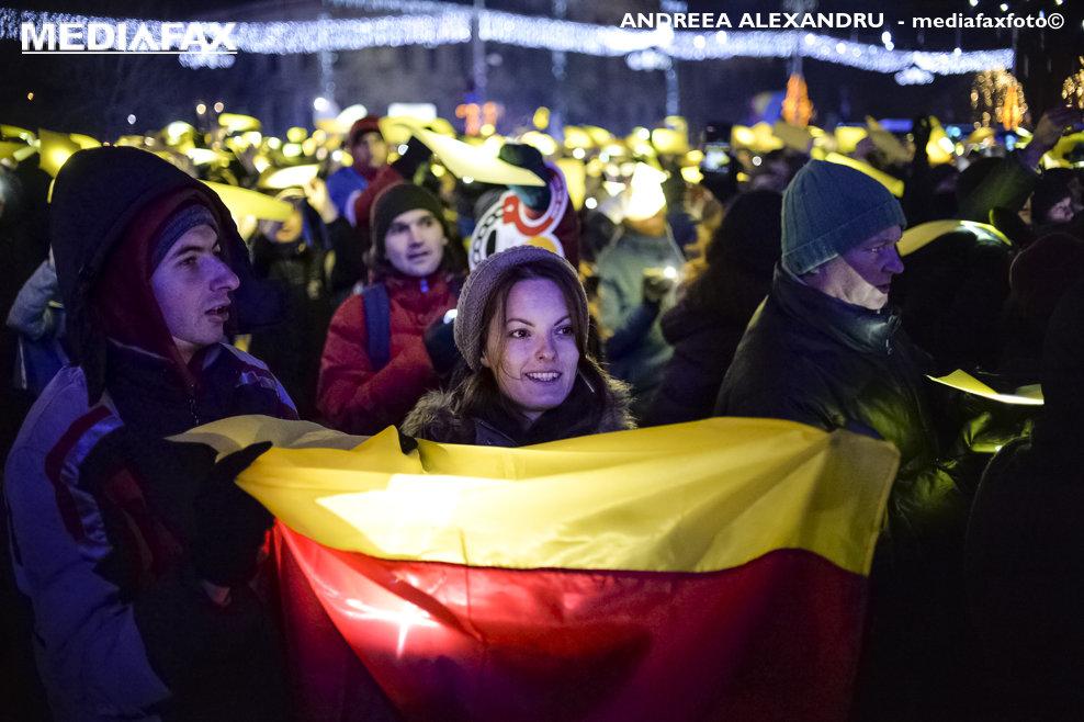 O tanara afiseaza un steag tricolor in timpul unui protest in Piata Victoriei, cerand demisia Guvernului Dancila, in Bucuresti, sambata, 1 decembrie 2018. ANDREEA ALEXANDRU / MEDIAFAX FOTO.
