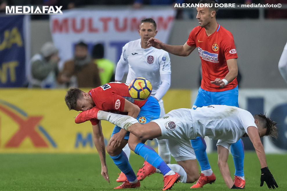 Mihai Pintilii (S), de la FC Steaua Bucuresti, este lovit in timpul meciului de fotbal contra echipei CFR 1907 Cluj din etapa a XXIV-a a Ligii 1, disputat  pe Arena Nationala din Bucuresti, sambata, 10 februarie 2018. ALEXANDRU DOBRE / MEDIAFAX FOTO