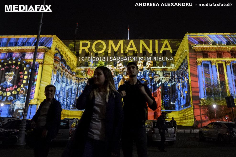 Persoane se plimba pe langa o video proiectie pe sediul Ministerului de Interne, in timpul deschiderii festivalului Spotlight - Bucharest International Light Festival, in Bucuresti, joi, 12 aprilie 2018. ANDREEA ALEXANDRU / MEDIAFAX FOTO