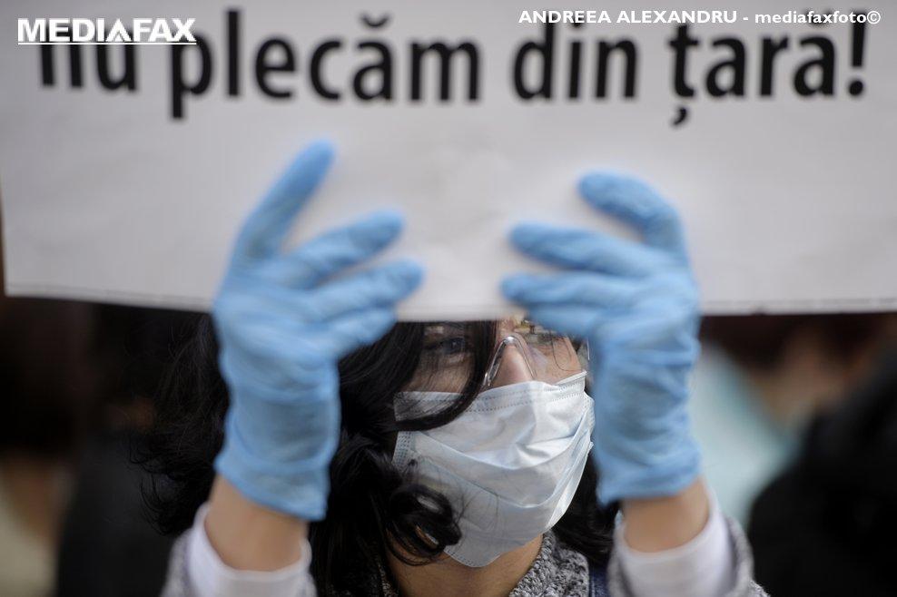 Membri ai Ordinului Biochimistilor, biologilor si chimistilor din sistemul sanitar din Romania (OBBCSSR) picheteaza sediul Ministerului Sanatatii din Bucuresti, vineri, 20 aprilie 2018,in semn de protest fata de grila de salarizare. ANDREEA ALEXANDRU / MEDIAFAX FOTO