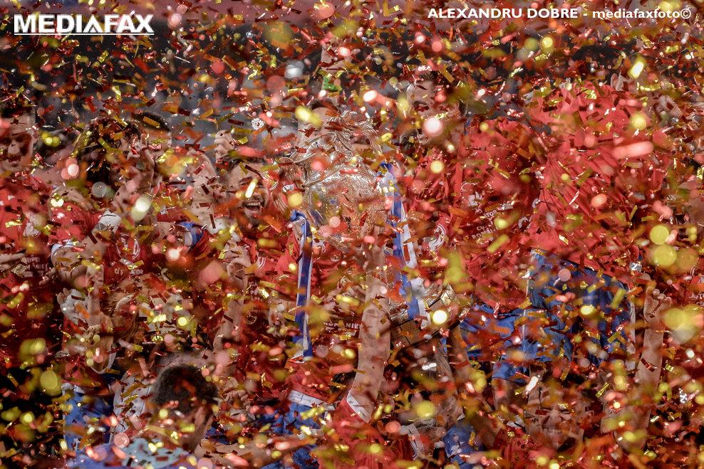 Jucatorii CS U Craiova pozeaza cu trofeul Cupa Romaniei pe Arena Nationala, duminica, 27 mai 2018. CS U Craiova s-a impus in fata lui AFC Hermannstadt, scor 2-0, si este noua detinatoare a Cupei Romaniei. ALEXANDRU DOBRE / MEDIAFAX FOTO