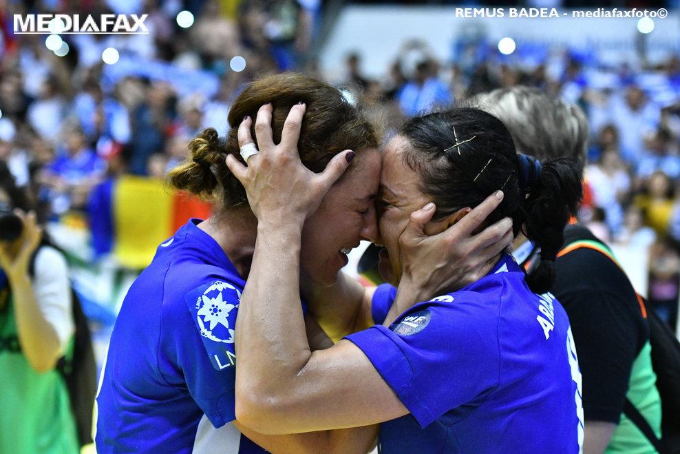 Doua jucatoare de la echipa SCM Craiova (echipament albastru) isi manifesta bucuria la finalul partidei in urma careia au castigat finala Cupei EHF la handbal feminin, in defavoarea echipei norvegiene Vipers Kristiansand, in Sala Polivalenta din Craiova, vineri, 11 mai 2018. REMUS BADEA / MEDIAFAX FOTO