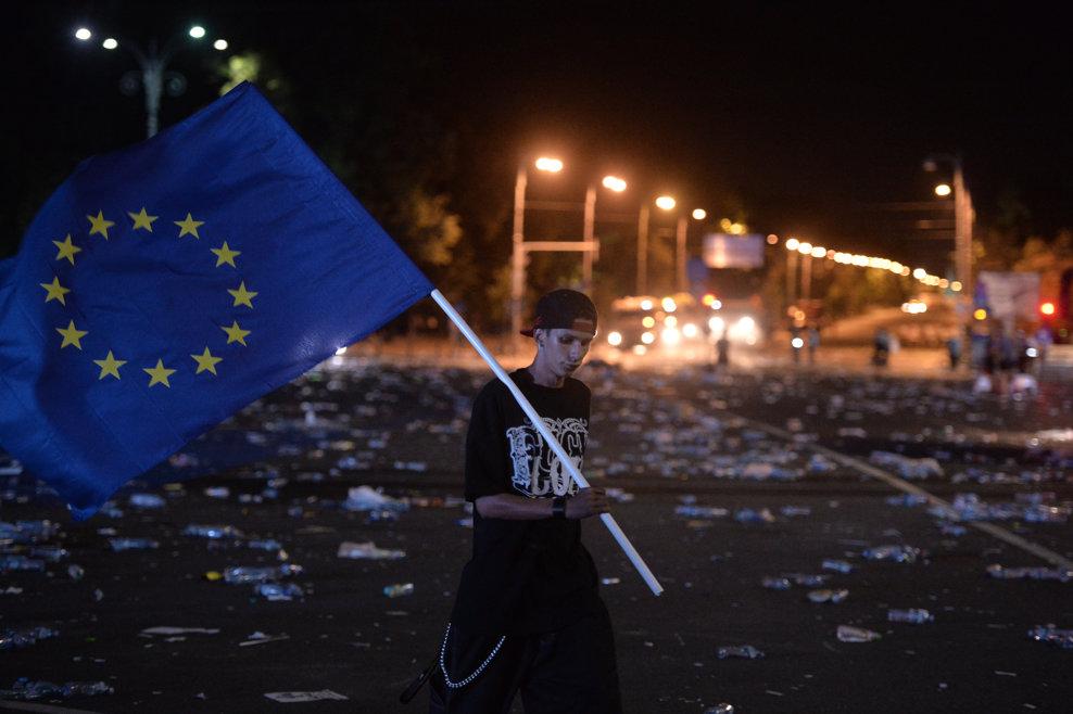 """Un manifestant purtand drapelul Uniunii Europene paraseste Piata Victoriei din Bucuresti, la finalul mitigului organizat de coalitia PSD-ALDE, impotriva """"abuzurilor statului paralel"""", sambata 9 iunie 2018. ALEXANDRU DOBRE / MEDIAFAX FOTO"""