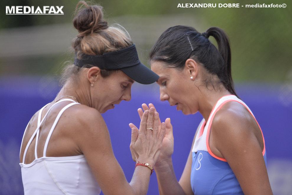 Raluca Olaru (S) si Mihaela Buzarnescu se incurajeaza reciproc in timpul partidei impotriva perechii Alena Fomina/Elena Ribakina, din cadrul turneului de tenis BRD Bucharest Open, disputat la Arenele BNR din Bucuresti, luni, 16 iulie 2018. ALEXANDRU DOBRE / MEDIAFAX FOTO