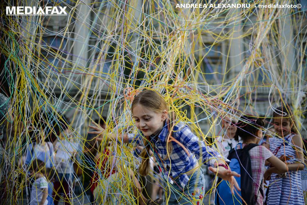 """O fetita se joaca intr-o instalatie interactiva denumita """"Collective Strings"""" in timpul deschiderii oficiale a Festivalului International de Teatru de Strada B- FIT, organizat in Bucuresti, vineri, 13 iulie 2018. ANDREEA ALEXANDRU / MEDIAFAX FOTO"""