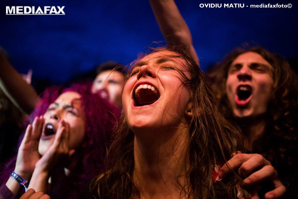 Un grup de tineri reactioneaza in timpul concertelor din cadrul festivalului rock ARTmania, vineri 27 iulie 2018, in Piata Mare din Sibiu. OVIDIU MATIU / MEDIAFAX FOTO