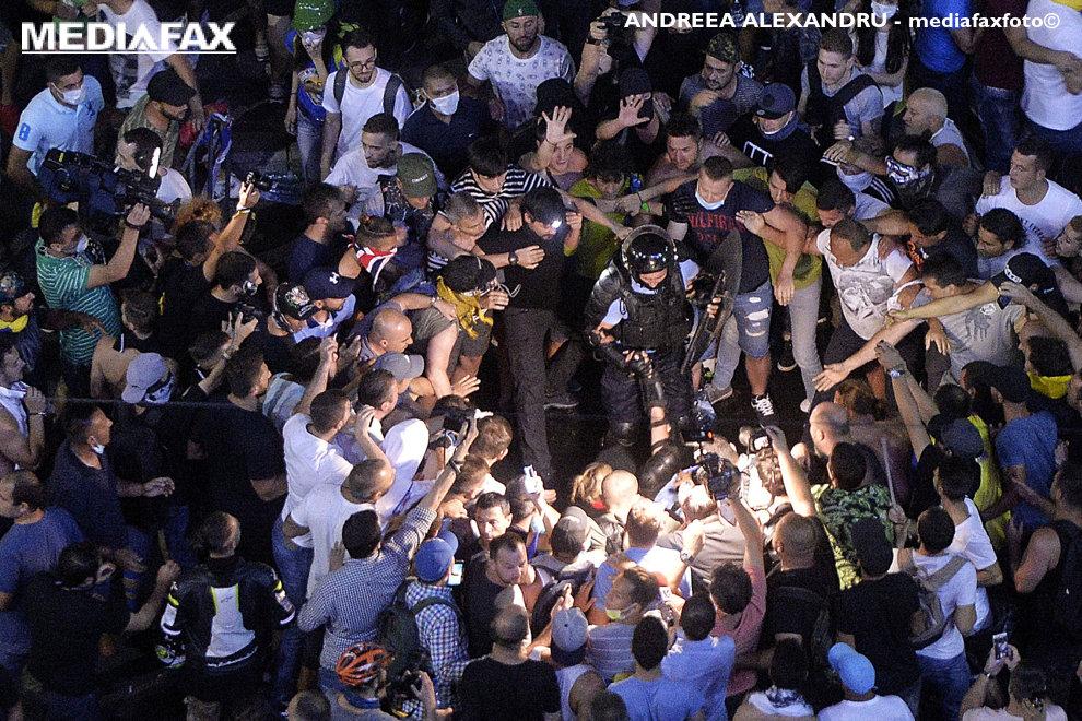 """Doi jandarmi, un barbat si o femeie, sunt agresati de persoane ce participa la mitingului de protest al cetatenilor romani rezidenti in strainatate, """"Protestul Diasporei"""", impotriva guvernului si al PSD, vineri 10 august 2018, in Piata Victoriei din Bucuresti. ANDREEA ALEXANDRU / MEDIAFAX FOTO"""