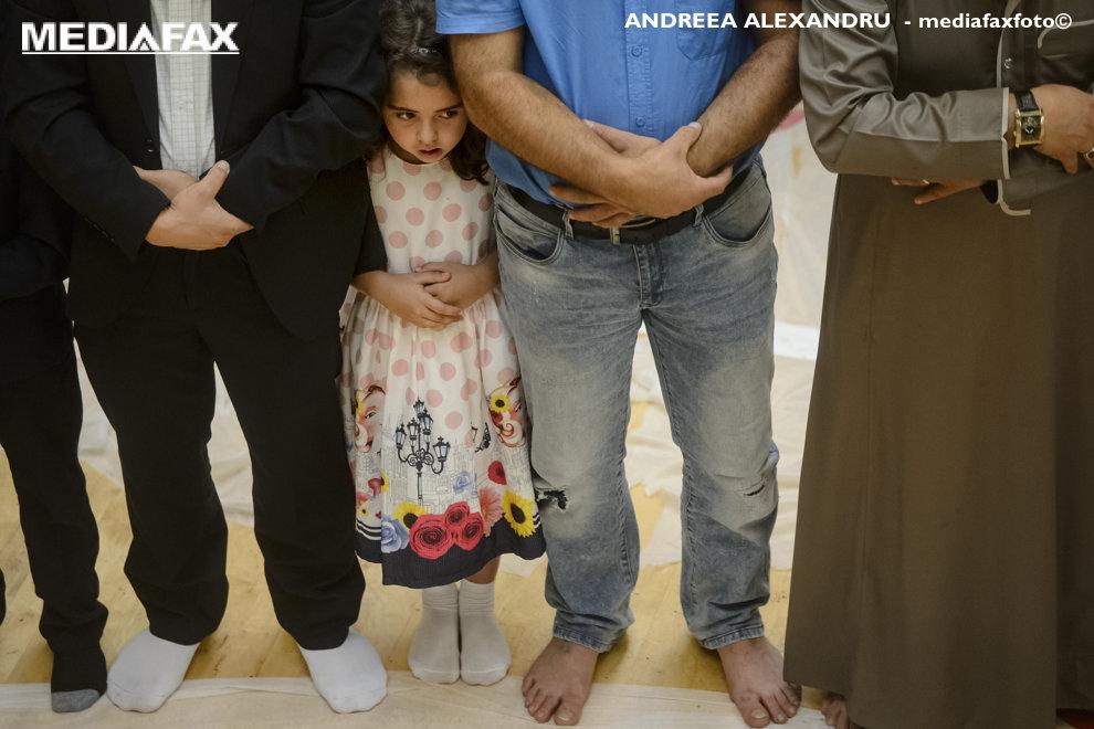 O fetita se roaga in timpul sarbatorii Eid al-Adha sau Sarbatoarea Sacrificiului, care reprezinta finalul pelerinajului la Mecca si comemorarea aprobarii lui Abraham de a-si sacrifica fiul Ismail din porunca Domnului, organizata in  sala Dinamo din Bucuresti, marti, 21 august 2018. ANDREEA ALEXANDRU / MEDIAFAX FOTO