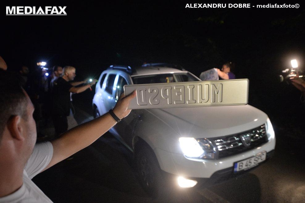 Mai multe persoane intampina invitatii la nunta fiului lui Liviu Dragnea, pe marginea drumului catre Palatul Snagov, cu pancarte pe care au scris mesaje anti-PSD, duminica, 26 august 2018. ALEXANDRU DOBRE / MEDIAFAX FOTO