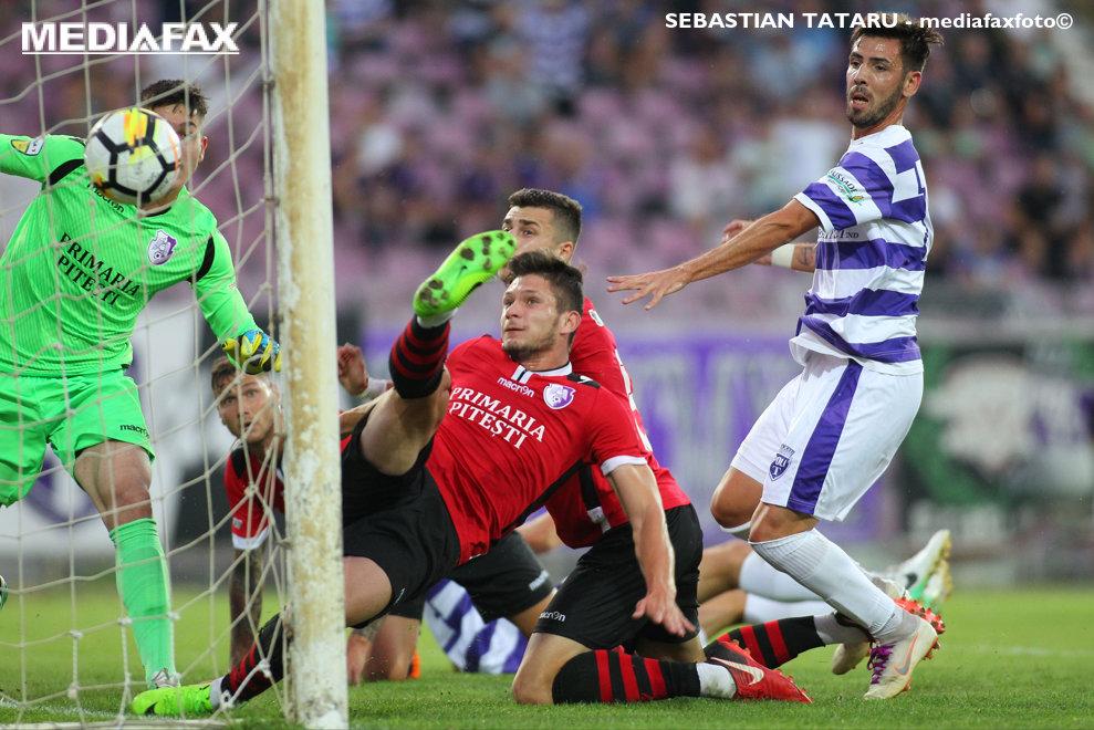 Un jucator al formatiei FC Arges marcheaza in propria poarta in timpul partidei cu  ASU Poli Timisoara, din etapa a 6-a a Ligii a II-a, partida disputata pe stadionul Dan Paltinisanu din Timisoara, duminica, 9 septembrie 2018. SEBASTIAN TATARU / MEDIAFAXFOTO