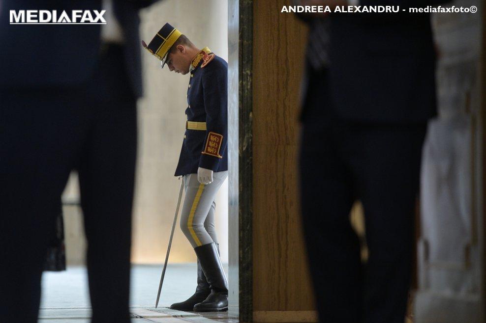 Un soldat din corpul de garda asteapta terminarea declaratiei de presa comuna a premierul Viorica Dancila si Peter Pellegrini, prim-ministrul Republicii Slovacia, marti, 11 septembrie 2018, la Palatul Victoria din Bucuresti. ANDREEA ALEXANDRU / MEDIAFAX FOTO