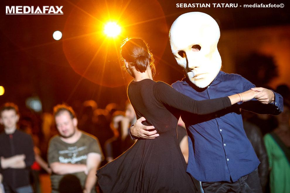 "Doi artisti performeaza in spectacolul in trei acte ""Lumina Libertatii"", care celebreaza Centenarul Romaniei si este o prima editie a Festivalului Luminii, organizat de Asociatia Timisoara Capitala Culturala Europeana, in Timisoara, vineri, 21 septembrie 2018. SEBASTIAN TATARU / MEDIAFAX FOTO"