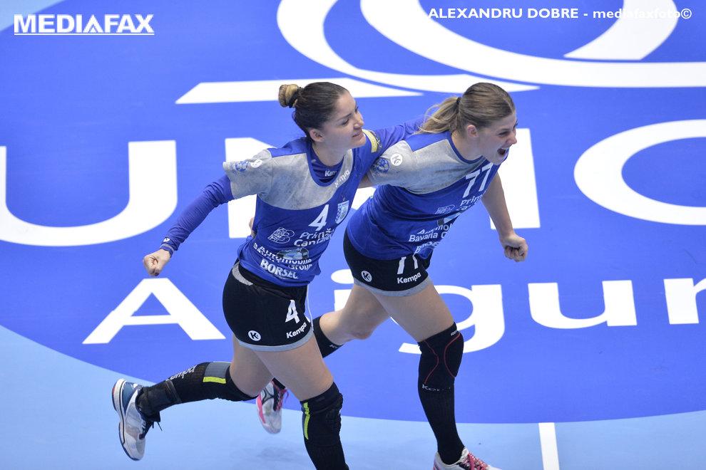 Jovanka Radicevic si Majda Mehmedovic de la CSM Bucuresti (echipament negru-albastru) isi manifesta bucuria in timpul partied de Liga Campionilor la handbal feminin, impotriva formatiei Ferncsvaros din Ungaria, vineri 5 octombrie 2018, in Sala Polivalenta din Bucuresti. ALEXANDRU DOBRE / MEDIAFAX FOTO
