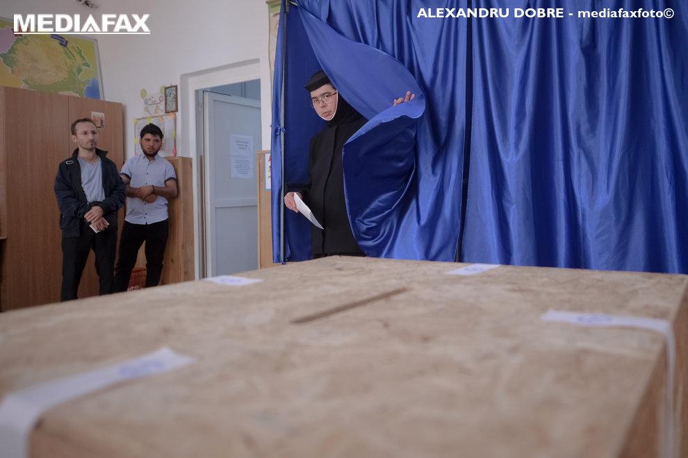 O calugarita voteaza in cea de-a doua zi a referendumului pentru familie, in judetul Giurgiu, duminica, 7 octombrie 2018.   ALEXANDRU DOBRE  / MEDIAFAX FOTO