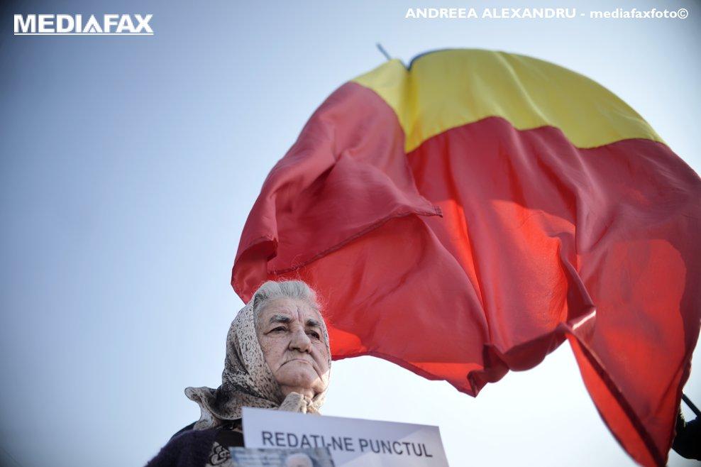 """O pensionara afiseaza mesajul """" REDATI-NE PUNCTUL'' participa la un protest fata de noua Lege a Pensiilor, in Piata Victoriei din Capitala, miercuri 10 octombrie 2018. ANDREEA ALEXANDRU / MEDIAFAX FOTO"""