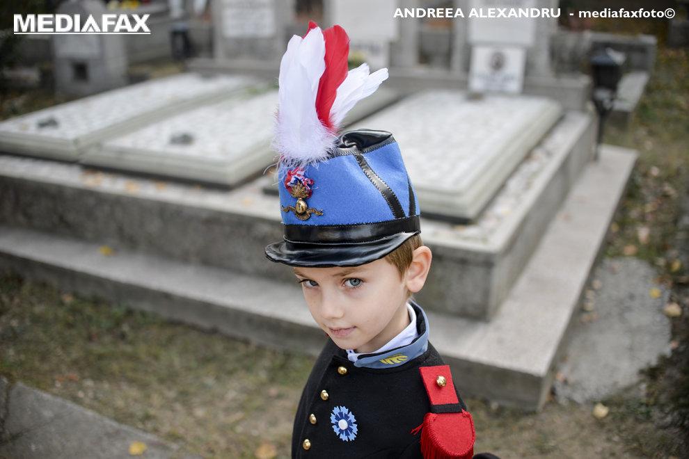 Paul, in varsta de 4 ani si jumatate, participa la ceremonia de comemorare a Armistitiului de dupa Primul Razboi Mondial de la 11 noiembrie 1918, desfasurata in sectorul francez al cimitirului Bellu din Bucuresti, duminica, 11 noiembrie 2018. ANDREEA ALEXANDRU / MEDIAFAX FOTO