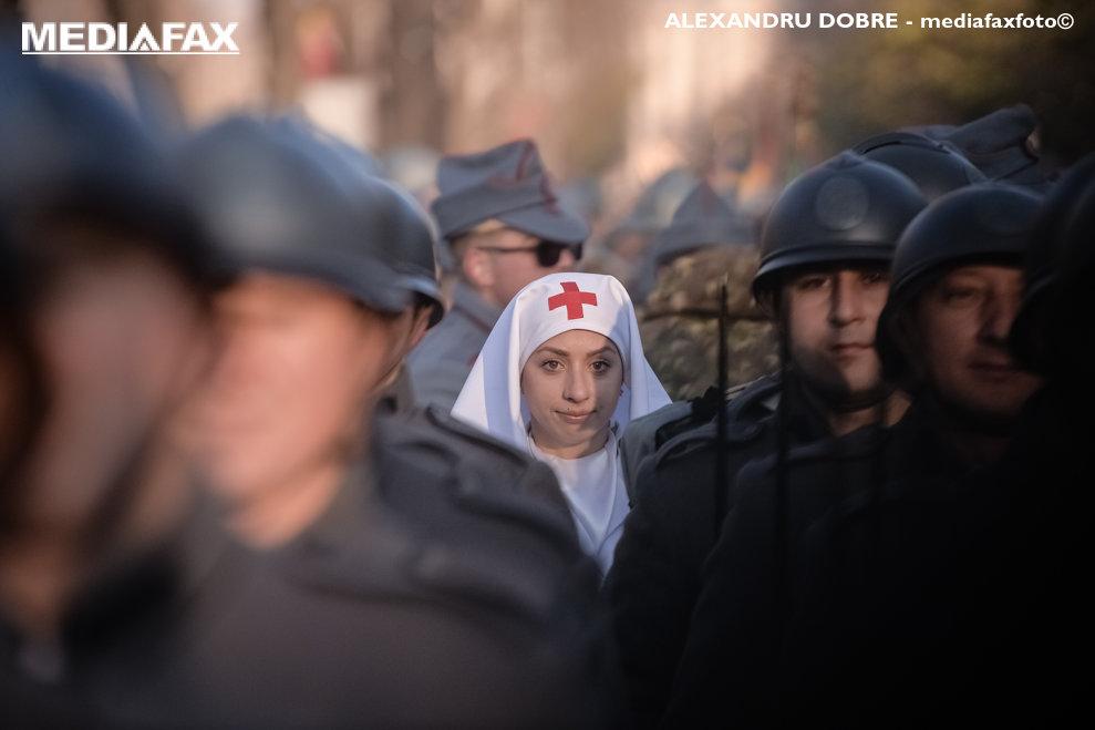 O tanara imbracata in uniforma de epoca a asistentelor medicale din Primul Razboi Mondial, participa la ceremoniile dedicate  Zilei Nationale, sambata 1 Decembrie 2018, in apropierea Arcului de Triumf din Bucuresti, ALEXANDRU DOBRE / MEDIAFAX FOTO
