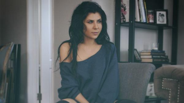 "Angelika Vee a lansat clipul piesei ""Fastlane"""