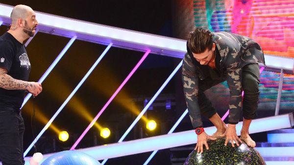 Dorian Popa face echilibristică pe mingi