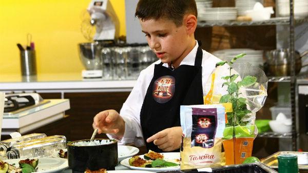 """Micul bucătar de 10 ani i-a lăsat pe juraţii ,,Chefi la cuţite"""" cu ochii în lacrimi"""
