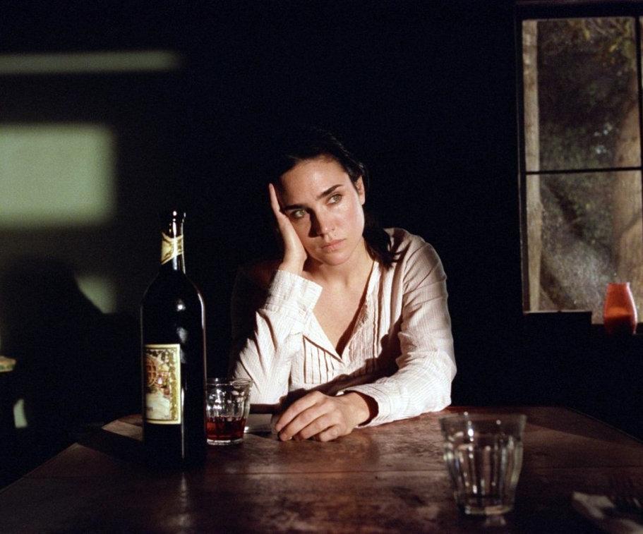 Фото где девушка пьет вино