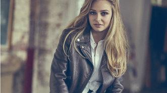"""INTERVIU - Actriţa Sophie Simnett din serialul The Lodge: """"Îmi place să mă distrez"""""""