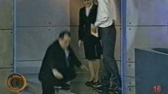 Gafă memorabilă. Emil Boc cade, în direct, la emisiunea lui Andrei Gheorghe - FOTO&VIDEO