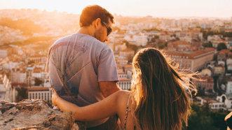 Cum împart românii cheltuielile unei călătorii în cuplu