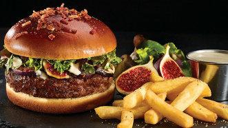 Chef Florin Dumitrescu transformă celebra sa plăcintă de berbecuţ într-un burger gourmet - Foto