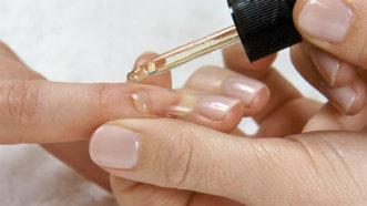 Cum să aplici corect lacul de unghii pentru o manichiură de durată