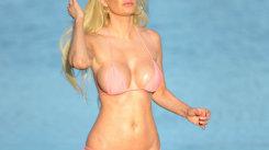 Bikini mai mici de atât nu există! Diva şi-a arătat zona intimă la plajă