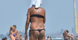 Era cea mai frumoasă femeie din România... Apariţie şocantă pe plajă!